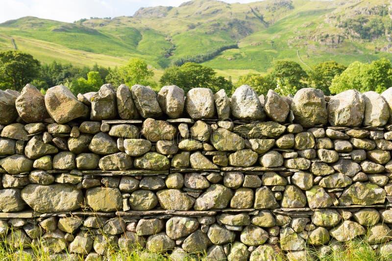 Britische traditionelle Struktur Trockenmauer-Nord-England-Landschaft See-Bezirks-Nationalpark Cumbria ohne Mörser stockbild