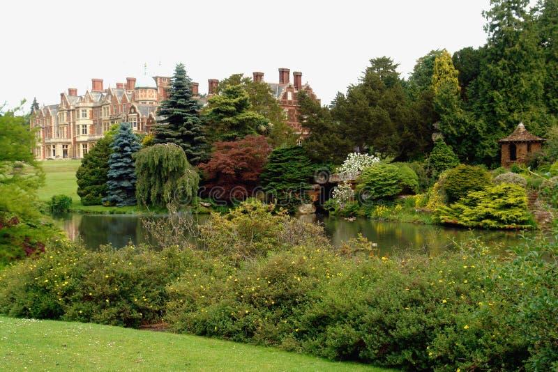 Britische Villa mit Gärten lizenzfreies stockfoto
