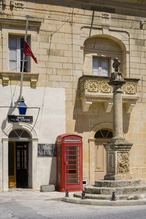 Britischer Arttelefonkasten im Dorf von Gharb auf Insel von Gozo - Malta stockfotos