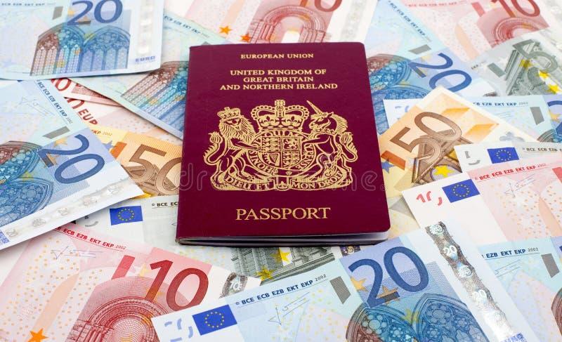 BRITISCHER Paß und Euro stockfoto