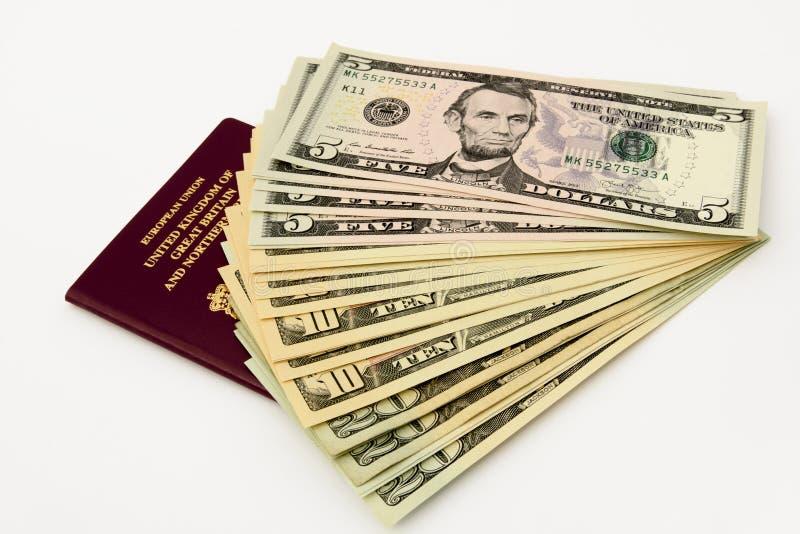Britischer Pass und amerikanische Dollar stockfotografie