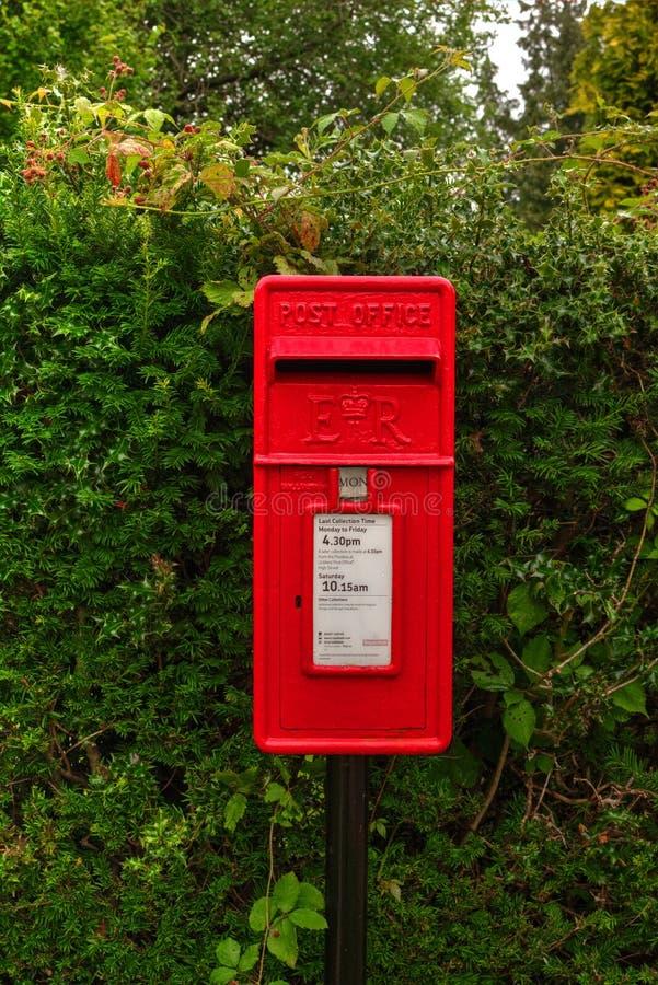 Britischer roter rechteckiger Briefkasten stockbild