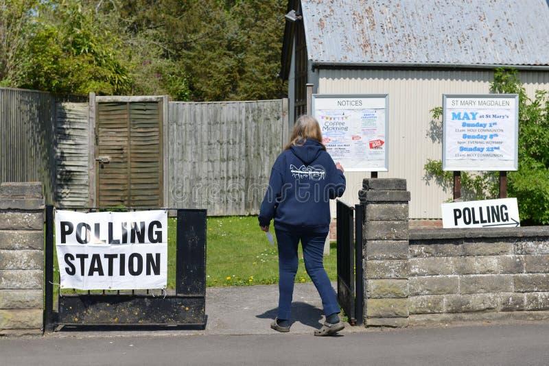BRITISCHER Wähler gehen zu den Abstimmungen an Super-Donnerstag lizenzfreie stockfotos