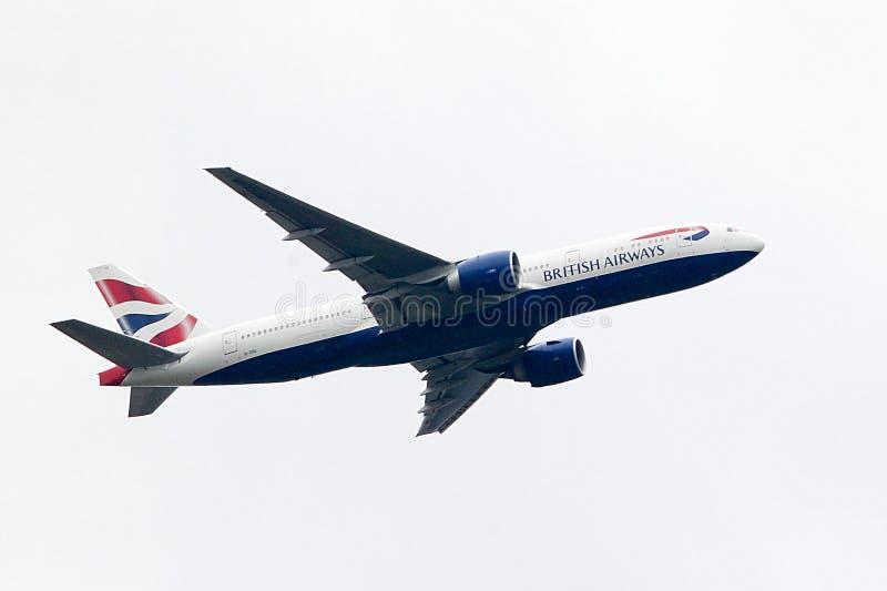 British Airways Боинг 777 принимая- стоковые фотографии rf