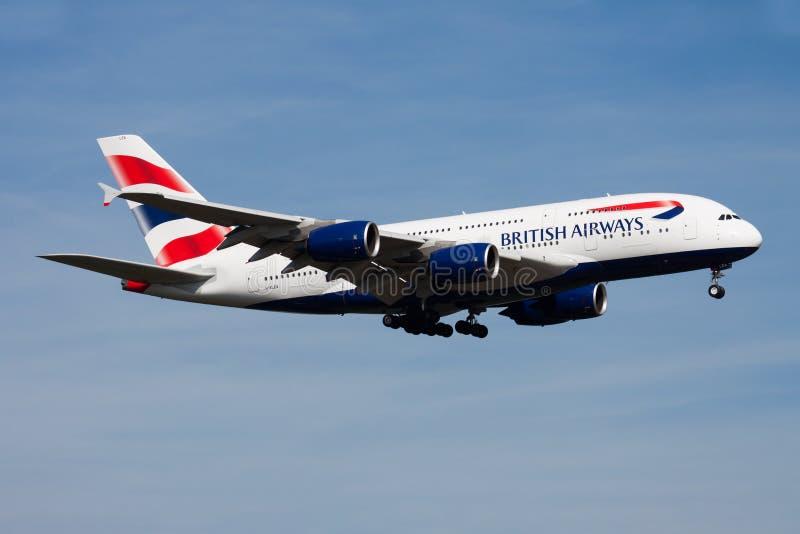 British Airways Aerobus A380 G-XLEA samolotu pasażerskiego lądowanie przy Frankfurt lotniskiem obrazy stock