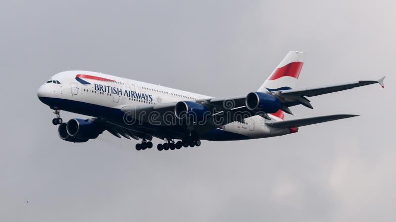 British Airways Aerobus A380 przyjeżdża przy Heathrow lotniskiem fotografia royalty free