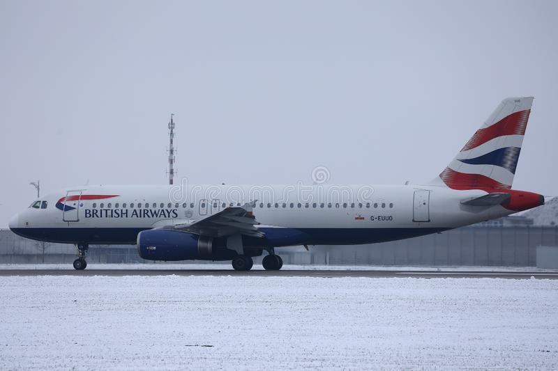 British Airways Airbus roulant au sol sur la neige, aéroport de MUC photographie stock