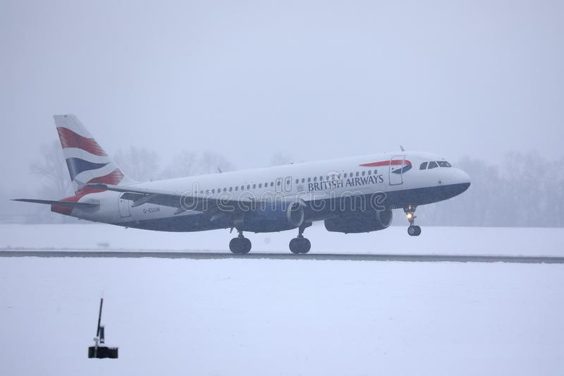 British Airways Airbus roulant au sol sur la neige, a?roport de MUC photo libre de droits