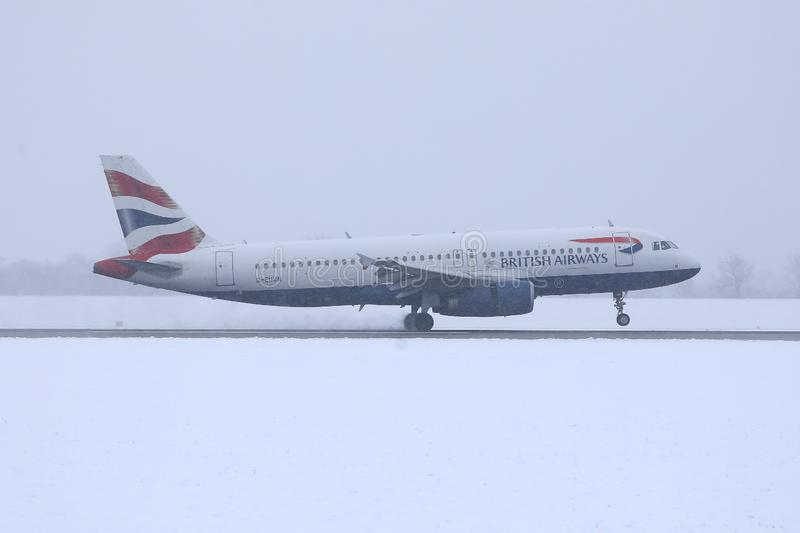 British Airways Airbus roulant au sol sur la neige, a?roport de MUC photos libres de droits