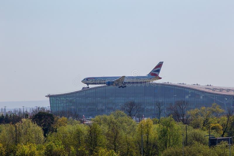 British Airways Boeing 767 στην προσέγγιση στον αερολιμένα Heathrow στοκ εικόνες