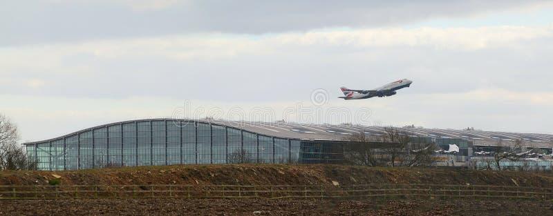 British Airways Boeing 747 che decolla sopra il terminale 5 Heathrow immagine stock libera da diritti