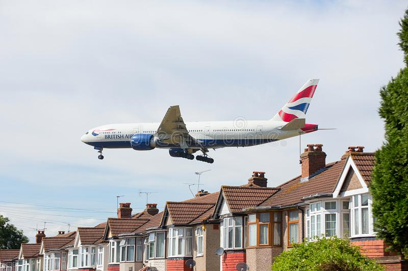 British Airways Boeing 777 op Benadering van de Luchthaven van Heathrow stock foto's
