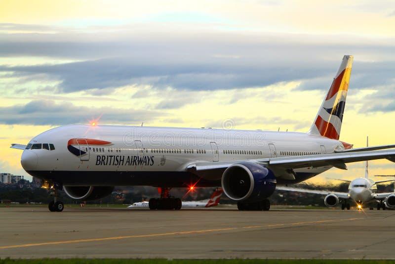 British Airways Boeing 777 på landningsbanan royaltyfri fotografi