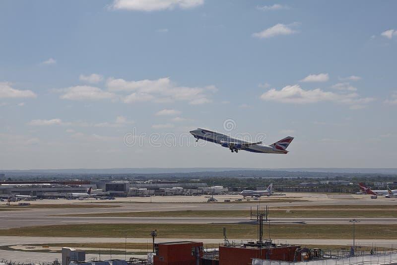 British Airways Boeing 747 que saca en pista meridional del aeropuerto de Heathrow imagenes de archivo