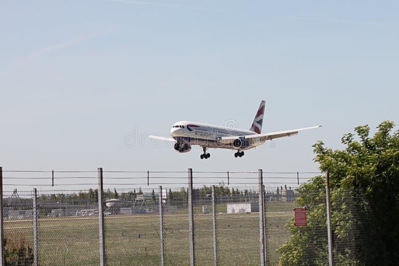 British Airways Boeing 767 som landar på Heathrow royaltyfria foton