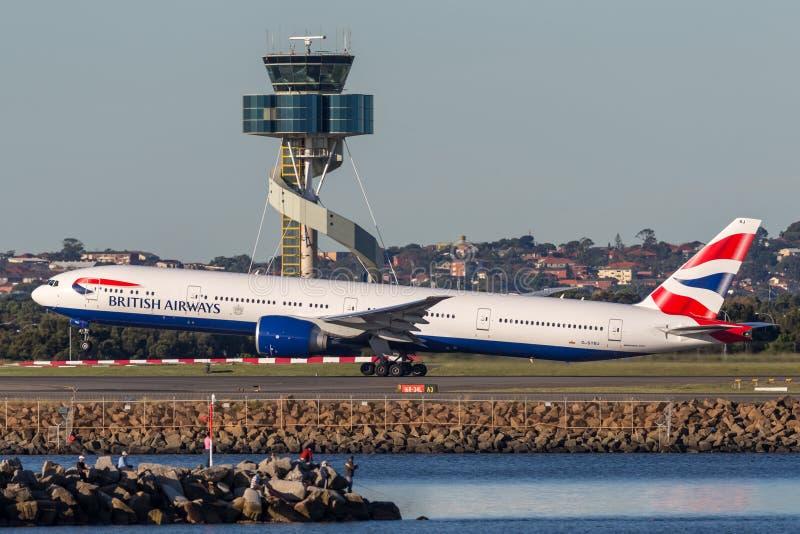 British Airways Boeing 777-300 vliegtuigen die van Sydney Airport opstijgen stock afbeelding