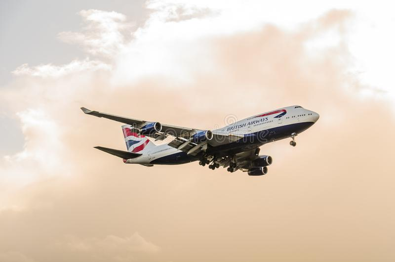 British Airways 747 d?barquant chez Heathrow photographie stock