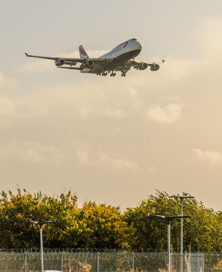 British Airways 747 d?barquant chez Heathrow photos stock