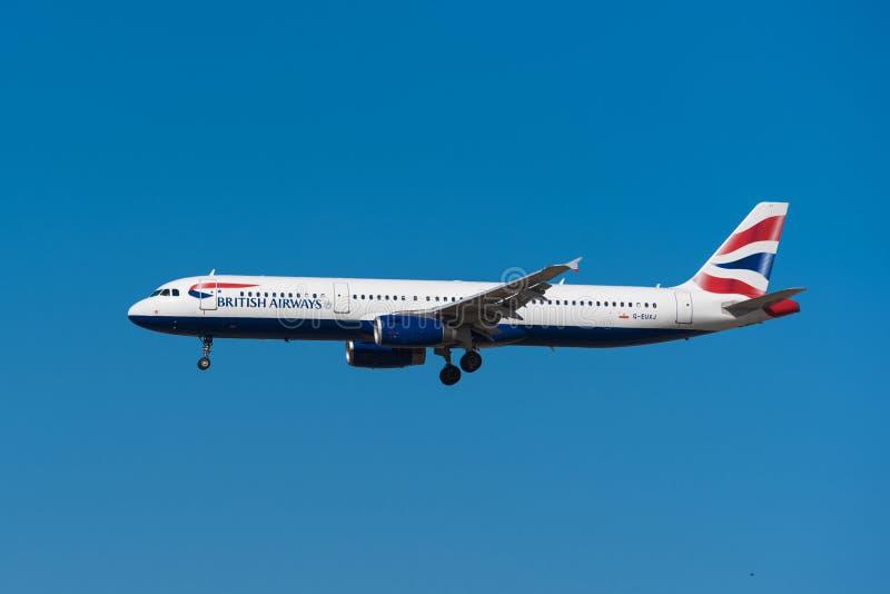 British Airways flygbuss 321 landar i den Madrid Barajas flygplatsen royaltyfria foton