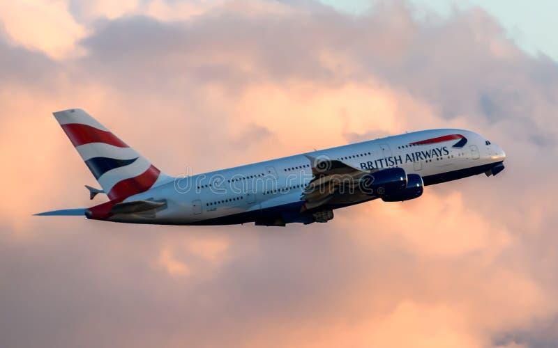 British Airways flygbuss A380 som avgår på solnedgången royaltyfri fotografi