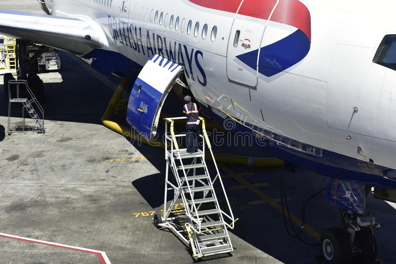 British Airways voyagent en jet, fermant la trappe de chargement images libres de droits
