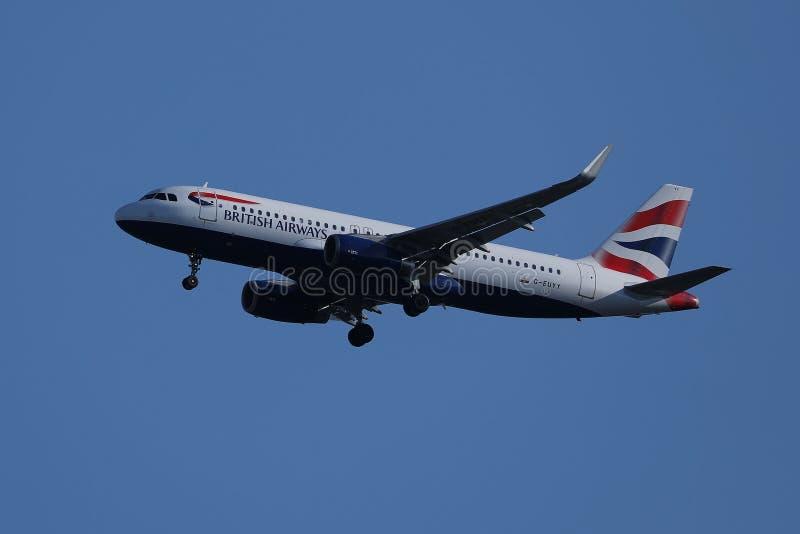 British Airways voyagent en jet voler dans le ciel photographie stock libre de droits