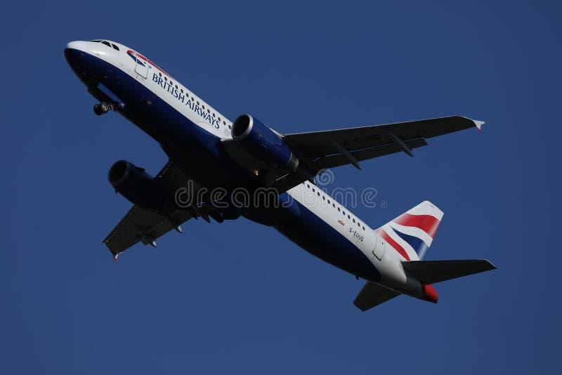 British Airways voyagent en jet voler dans le ciel images stock