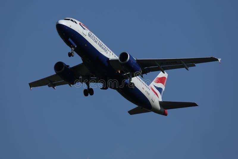 British Airways voyagent en jet voler dans le ciel image libre de droits
