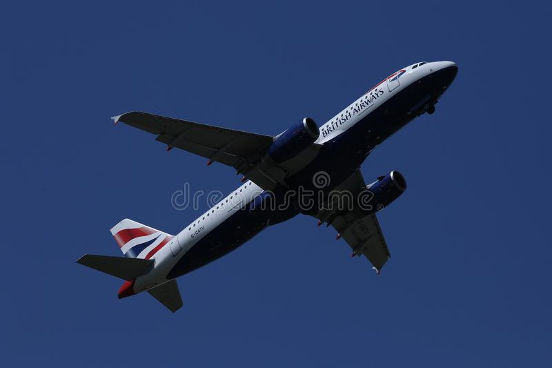 British Airways voyagent en jet voler dans le ciel photographie stock