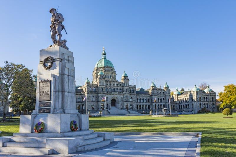 British Columbia parlamentbyggnad med krigminnesmärken i förgrunden Victoria F. KR. Kanada arkivbilder