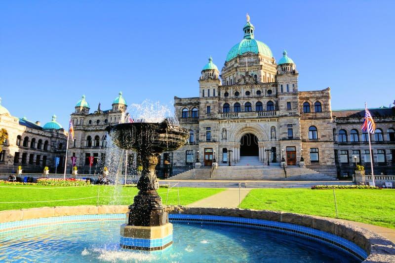 British Columbia provinsiell parlamentbyggnad med springbrunnen royaltyfri foto