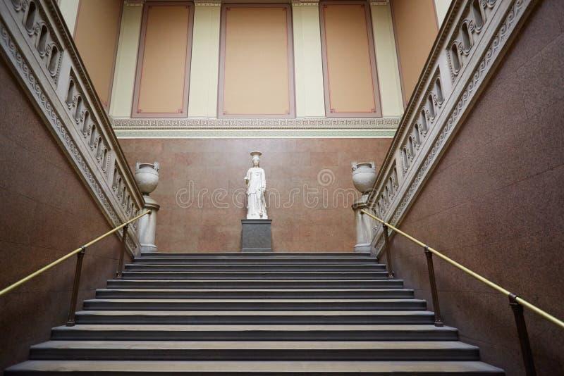 British Museum antyczny schody z Romańską statuą w Londyn obrazy royalty free