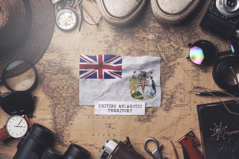 Brits Antarctisch Gebied Vlag tussen de accessoires van de reiziger op de oude Vintage-kaart Overhead Shot royalty-vrije stock foto