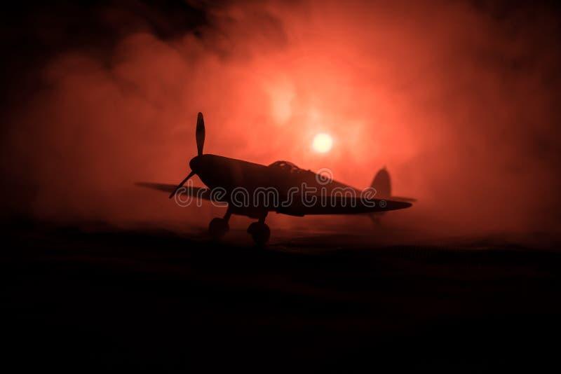 Brits straal-aangedreven modelvliegtuig in bezit Donkeroranje brandachtergrond Oorlogsscène royalty-vrije stock foto's