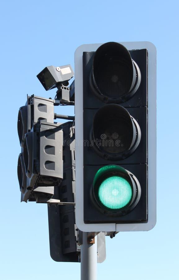 Brits verkeer lichtgroen bij voetgangersoversteekplaats stock foto's