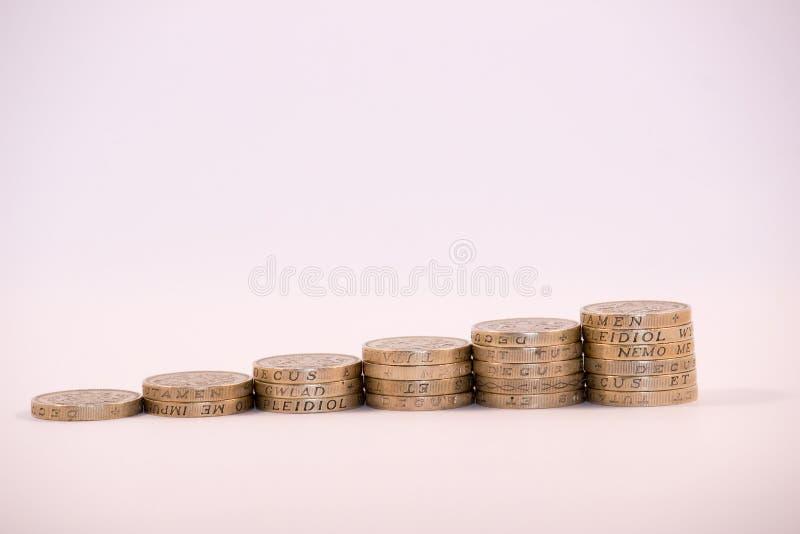Britse die Pondmuntstukken in kolommen worden gestapeld royalty-vrije stock foto's