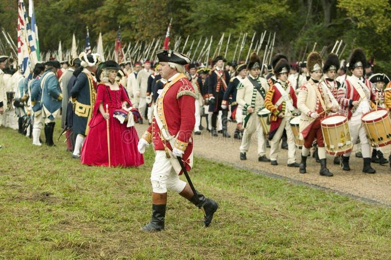 Britse Fife en de trommel marcheren op Overgaveweg bij de 225ste Verjaardag van de Overwinning in Yorktown, het weer invoeren van stock fotografie