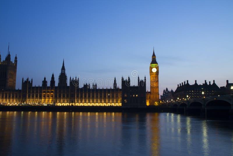 Britse het parlementsmening in een zonsondergang stock foto