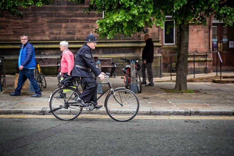 Britse Politieagent op fiets in uitstekende eenvormig stock fotografie