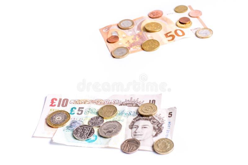 Britse Pondnota's en muntstukken en Euro nota's en muntstukken op wit royalty-vrije stock foto