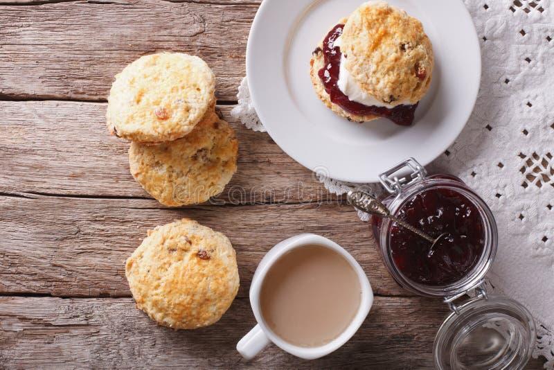 Britse scones met jam en theeclose-up horizontale hoogste mening royalty-vrije stock afbeelding