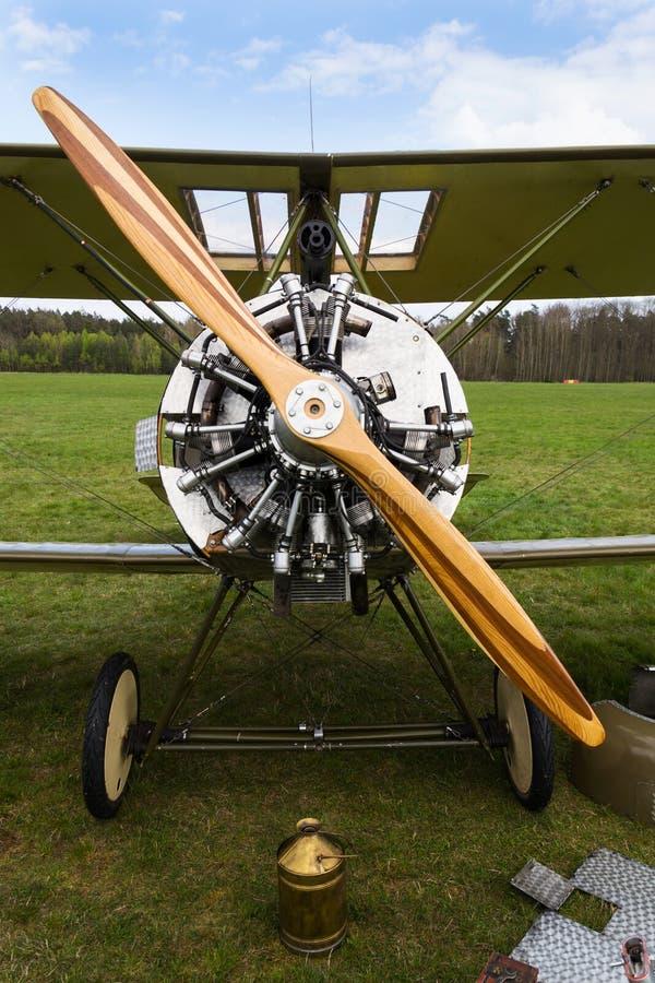Britse tweedekkervliegtuigen van de Eerste replica van Wereldoorlogsopwith Strutter stock afbeelding