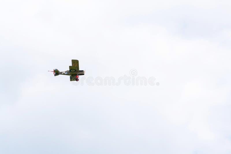 Britse tweedekkervliegtuigen van het Eerste de replica van Wereldoorlogsopwith Strutter vliegen stock foto's