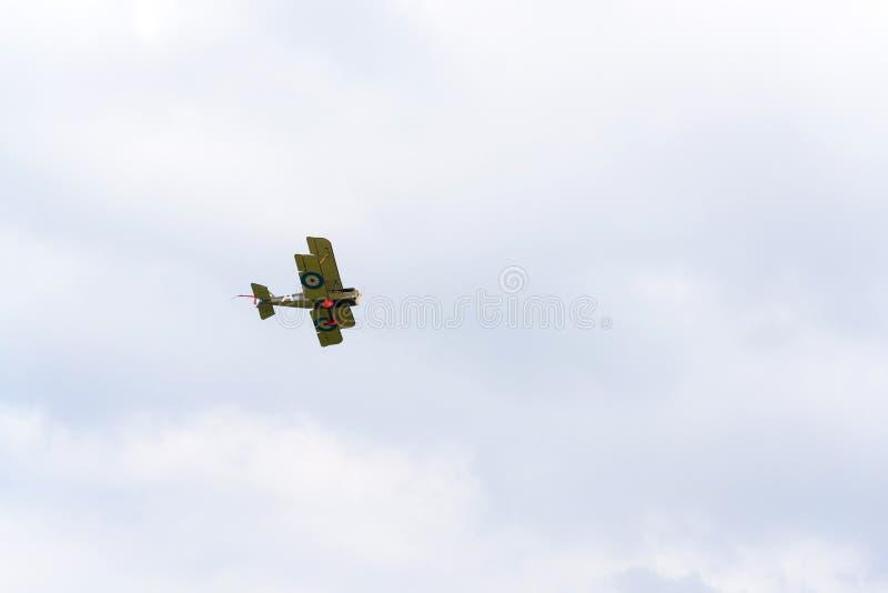 Britse tweedekkervliegtuigen van het Eerste de replica van Wereldoorlogsopwith Strutter vliegen royalty-vrije stock afbeelding