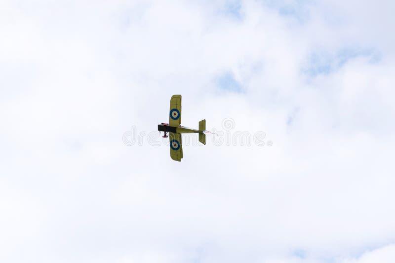 Britse tweedekkervliegtuigen van het Eerste de replica van Wereldoorlogsopwith Strutter vliegen stock afbeelding