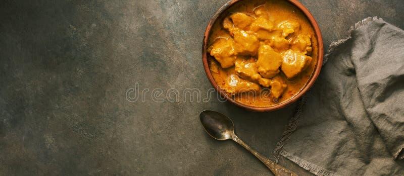 Britse van de het voedsel kruidige kip van m Indische tikkamasala op een donkere achtergrond, banner Vlak leg, plaats voor tekst stock foto's