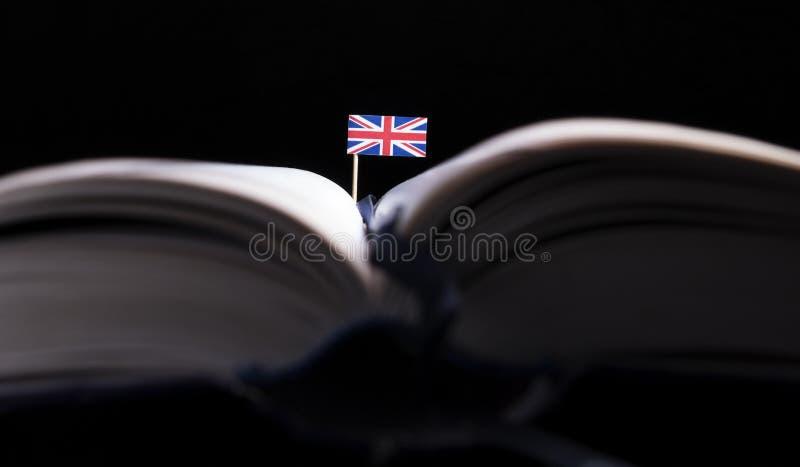 Britse vlag in het midden van het boek Kennis en onderwijsconce royalty-vrije stock afbeeldingen