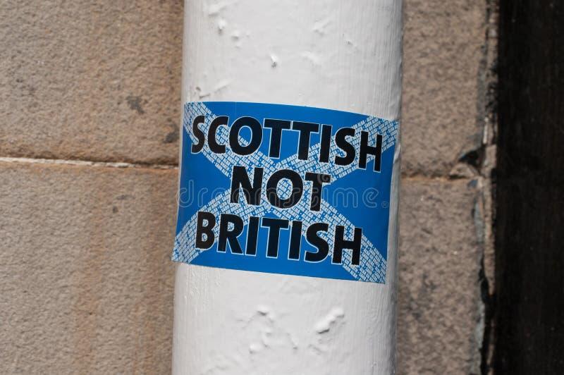 Brittisk klistermärke för skotte inte på en vit pol i en skotsk gata royaltyfri bild