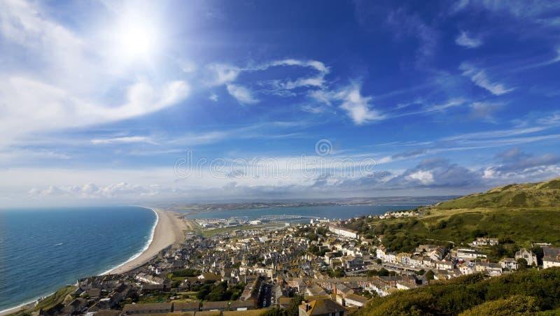brittisk kustlinje över sjösidatownsikt royaltyfria bilder