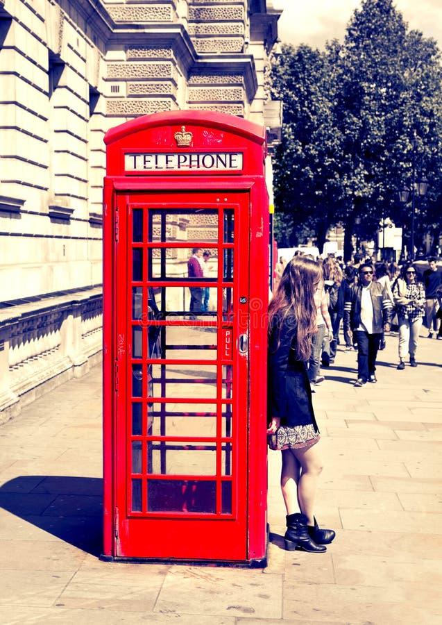 Brittisk röd telefonask nära den Westminster rörstationen, London royaltyfri foto